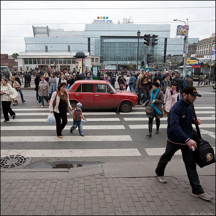 Пальчик бобо или Красный автомобиль - жигули ваз переход люди питер переход полоски квадратное фото фотосайт