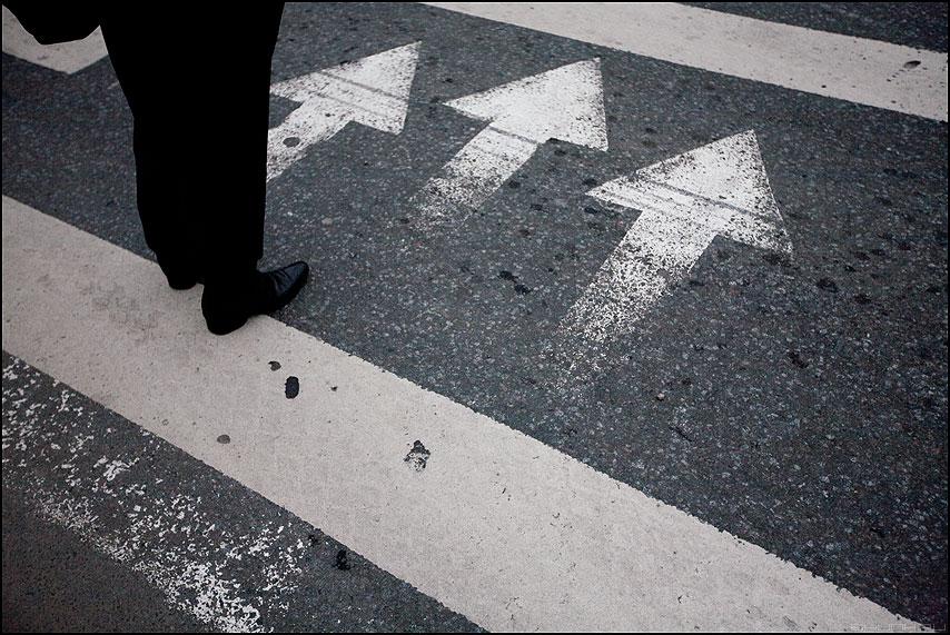 Смелее делай шаг - шаг стрелки переход полосы ноги человег уличное ситуация фактура асфальт фото фотосайт