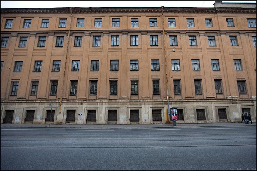 Три товарища - питер здание окна улица безлюдие санкт-петербург фото фотосайт