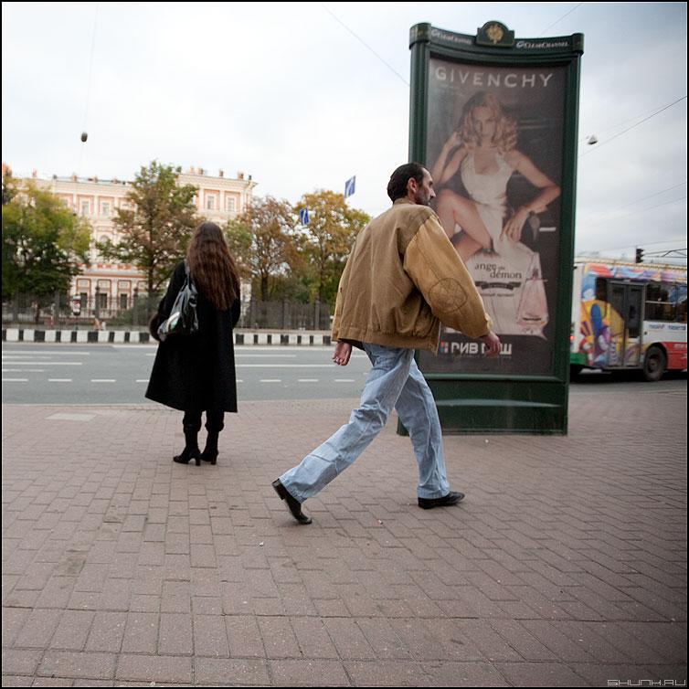 Ш.А.Г. - шаг питер улица цличное мужик девушка реклама троллейбус фото фотосайт