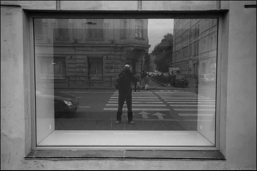 Я был там - я питер санкт-петербург отражение окно витрина переход чёрнобелое фото фотосайт