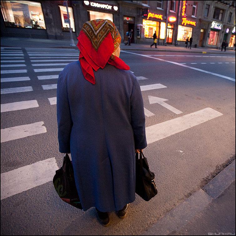 Нерешительность - бабушка квадратное переход питер вечер платок фото фотосайт