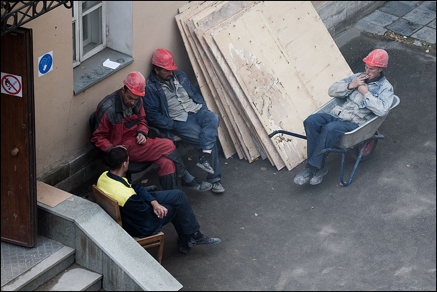 Мама папа и дитя - мама папа дитя строители тележка курилка рабочие тележка фото фотосайт