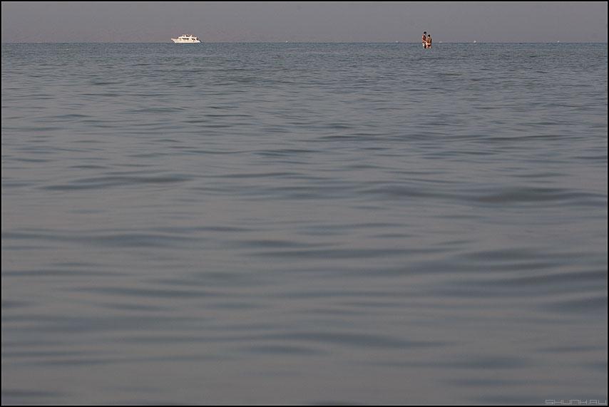 Море по колено - море яхта люди поколено египет парочка фото фотосайт