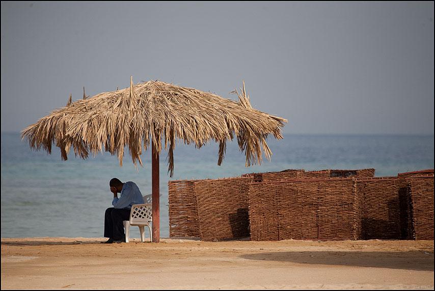 Охранять море - море охранник отель зонтик египет фото фотосайт