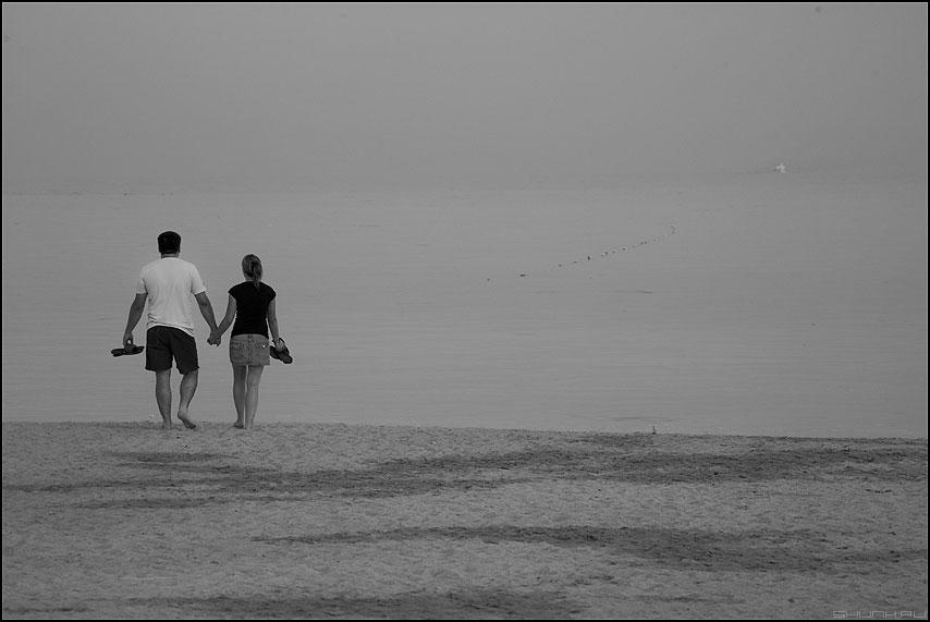 На пути к мечте - парочка ониона двое море египет чёрнобелые шлепки фото фотосайт