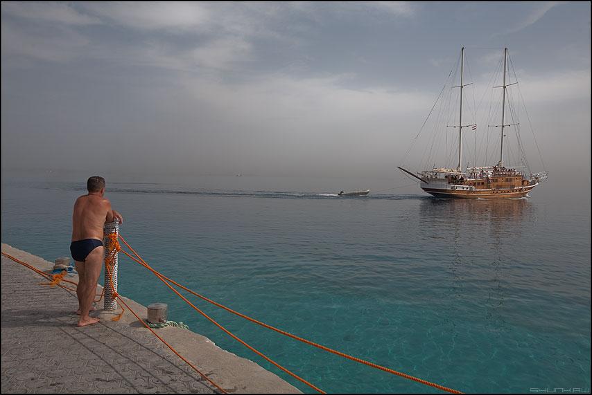 Как провожают пароходы... - яхта море мужик пирс египет небо грусть фото фотосайт