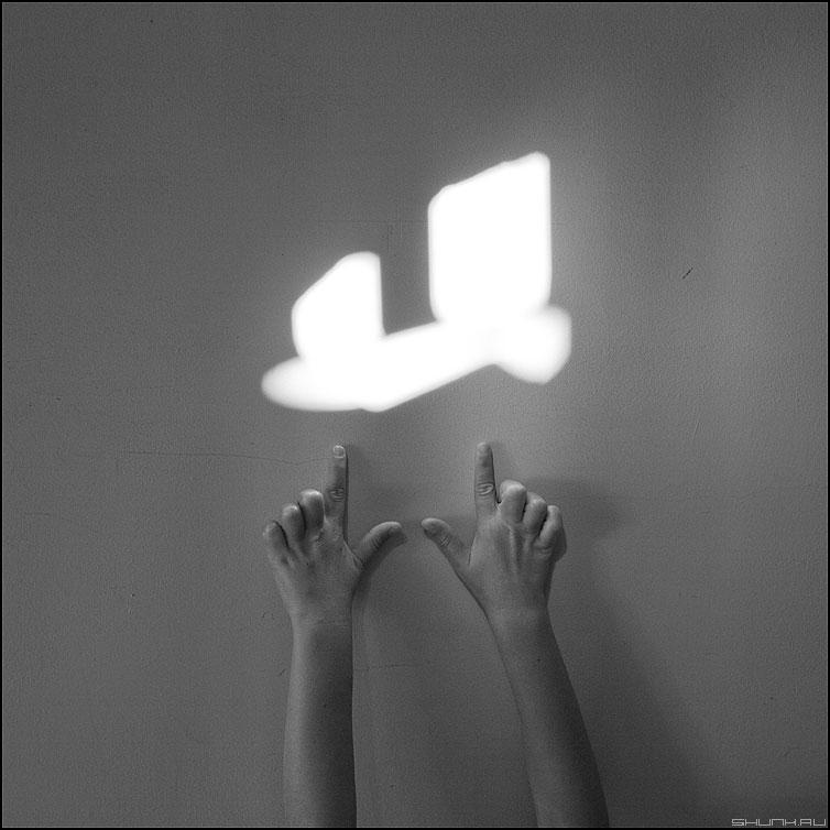 Игра с лучем - руки ребенок луч тень египет стена фактура квадратное фото фотосайт