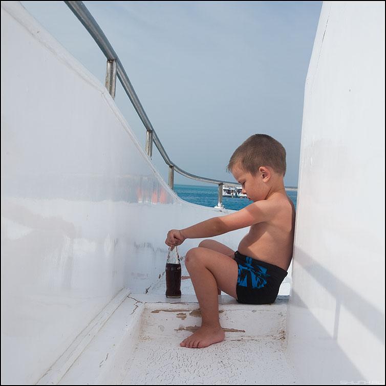 PEPSI - египет яхта мальчик пепси бутылка квадратное фото фотосайт