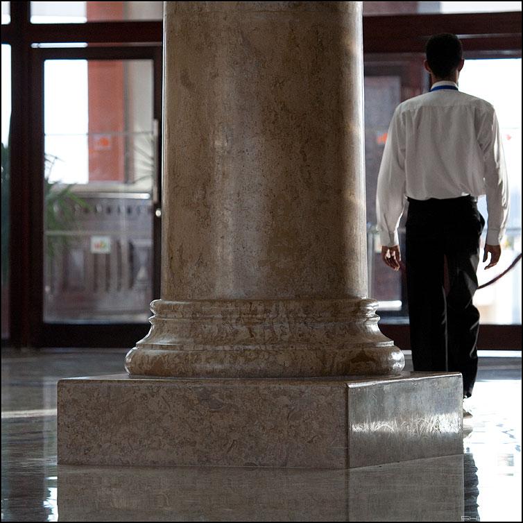 Отельное - отель колонна египет швейцар носильщик квадратное фото фотосайт