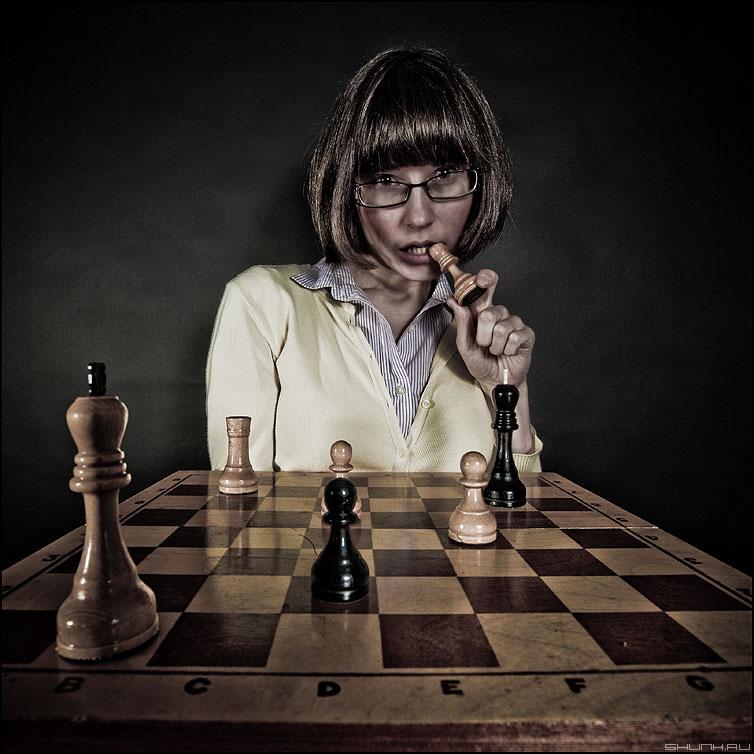 Поиграем? - студия шахматы девушка ферзь есть пешка квадратное обработка фото фотосайт