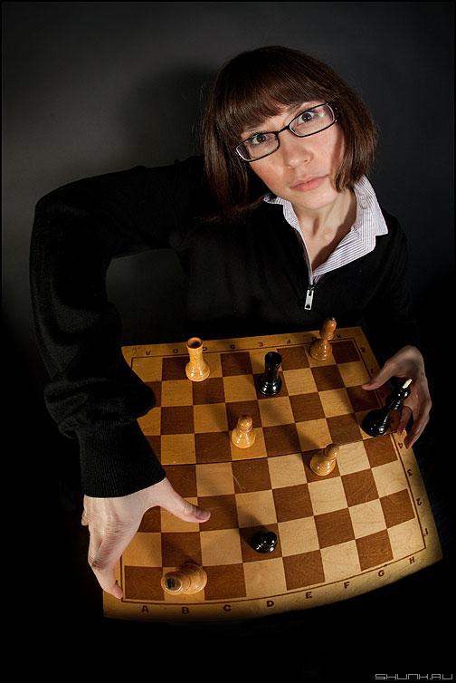 Искажение пространства - шахматы девушка студия доска пробы фишай фото фотосайт