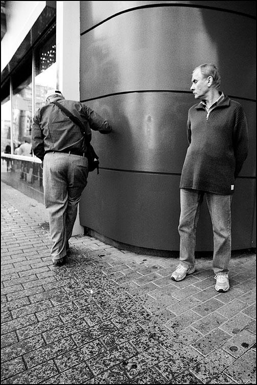 Двое - мужики улица брусщатка магазин чернобелые фото фотосайт