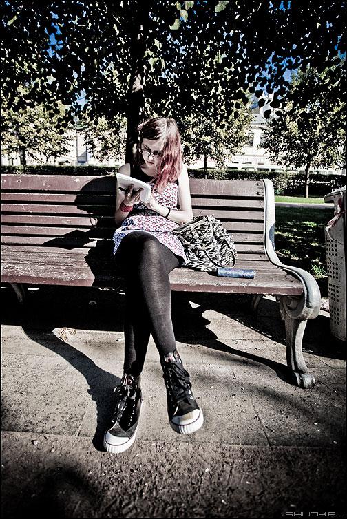 История одной длинноногой девушки, сидящей на лавочке в парке - девушка парк лавочка урна обработка случай ноги фото фотосайт