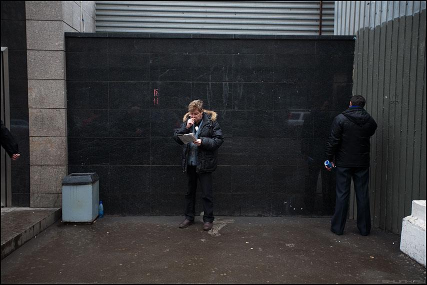 Уличные сказания о трех богатырях - улица мужики стена метро помойка бутылка рука фото фотосайт