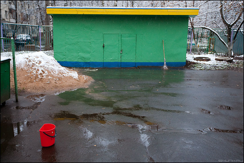 Вынос мусора - мусор сарай сад детсад цвета красное зеленое желтое метла фото фотосайт