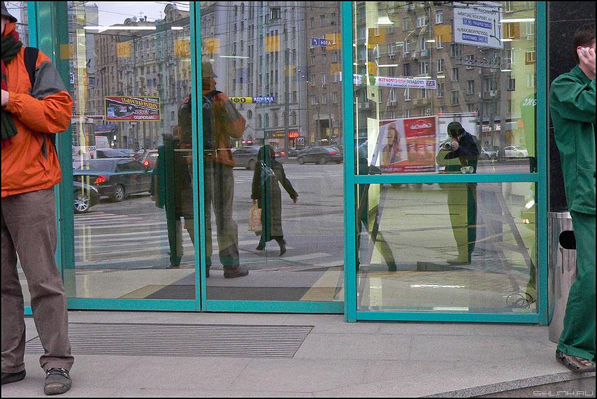 Апостолы Петр и Павел - улица отражение зеркальное люди город фото фотосайт