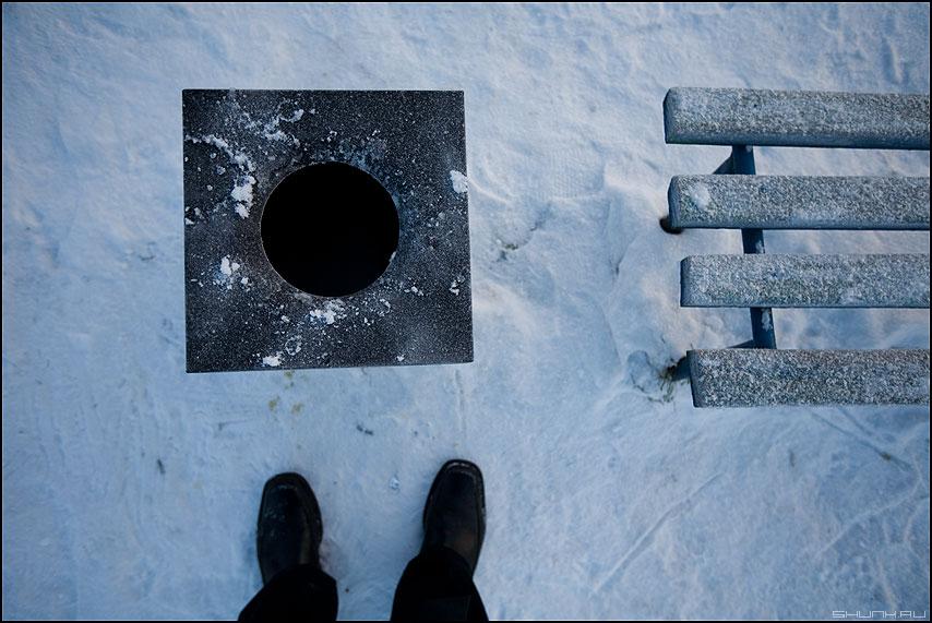 Загадка черной дыры - черная дыра скамейка урна ноги снег зима фото фотосайт