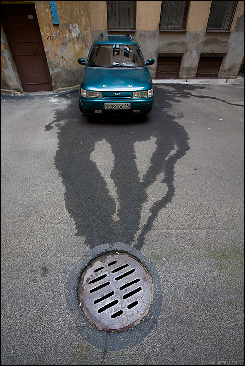 Стекать - питер двор лада авто лужа мокрое синее бирюза фото фотосайт