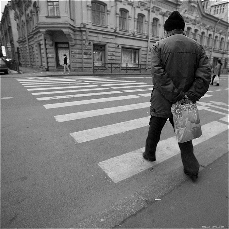 Питерские шаги - шаг питер улица уличное мужик переход полоски старик пакет сумка фото фотосайт