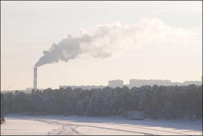 Первое фото 2010 года - труба дым лес снег зима москва город река лед фото фотосайт
