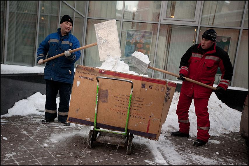 Соблюдай полярность! - плюс минус красный синий снег гастробайтеры дворники снег город фото фотосайт