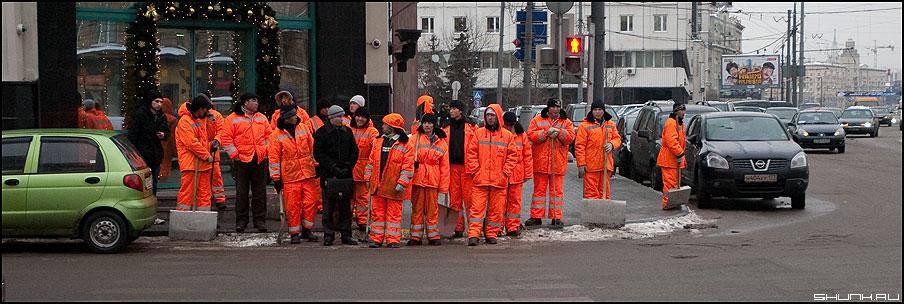 Не в своей тарелке или Оранжевая революция - дворники революция оранжевая улица москва центр переход фото фотосайт
