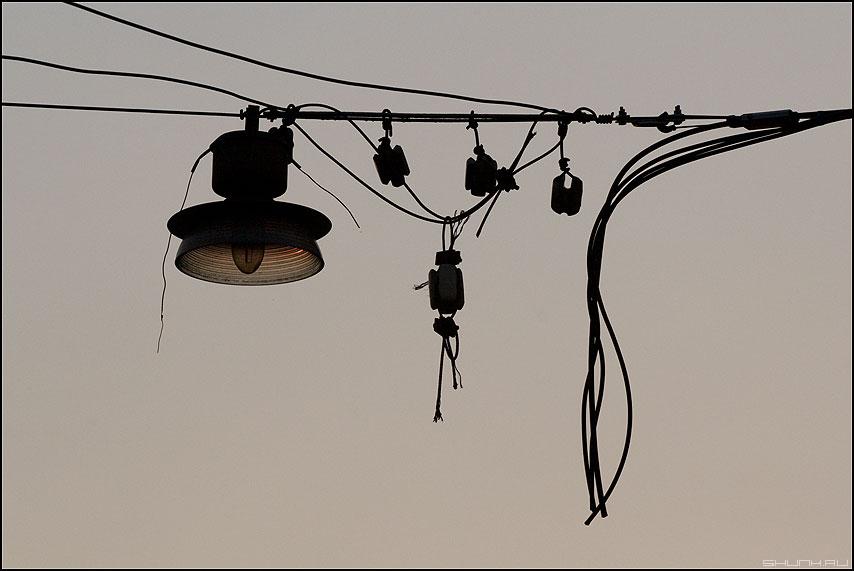 Усики - фонарь провода изоляторы небо фото фотосайт