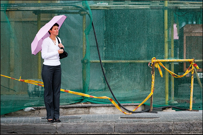 Попасться в сети - сетка женщина зонт ремонт уличное фото фотосайт