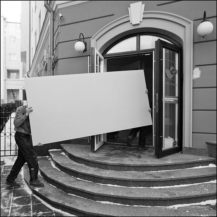Нести - профессия носильщиик грущики квадратное чёрнобелое ступени вход магазин фото фотосайт
