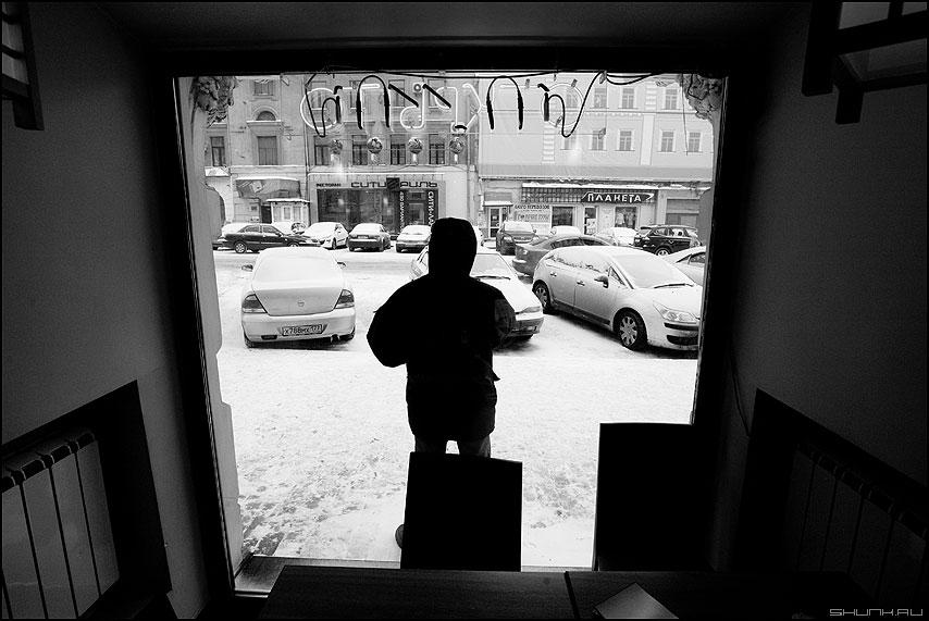 Взгляд на цлицу - улица ресторан окно витрина чёрнобелое фото фотосайт