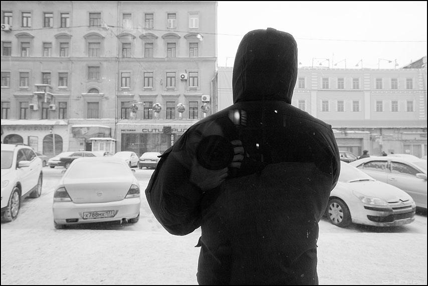Человек зимой с моим портретом - человек силует зима город улица отражение я фотоаппарат фото фотосайт