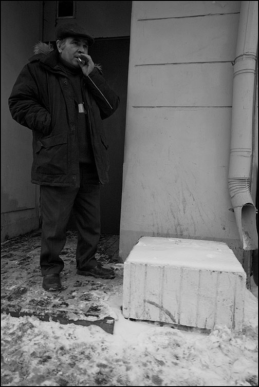Курить - мужик сигарета уличное курить блок фото фотосайт