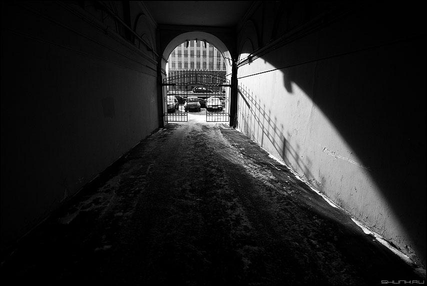 Взмах крыла ангела - ангел тень свет решетка арка чёрнобелое фото фотосайт