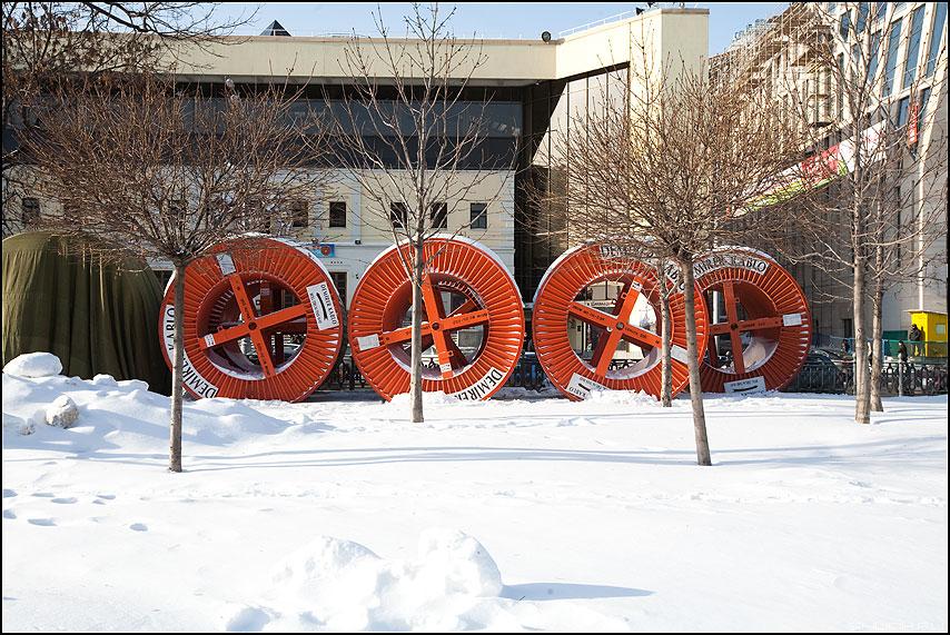 Колеса любви едут прямо по нам - колеса оранжевые зима снег цветной бульвар фото фотосайт