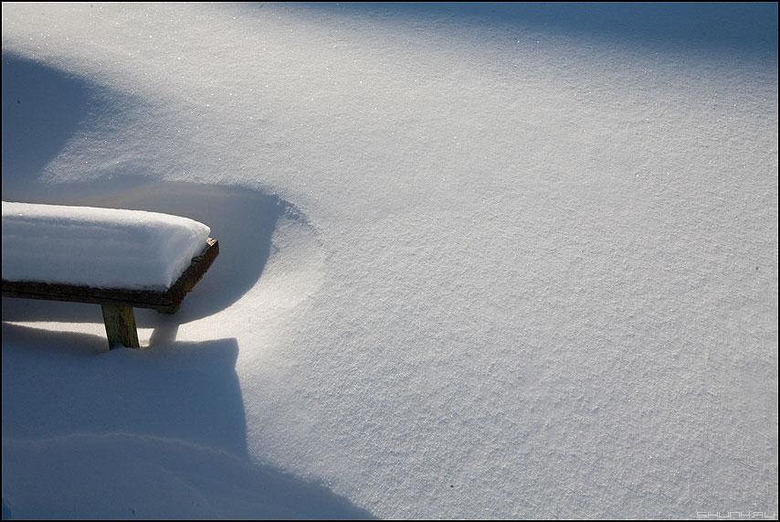 История такая - лавочка снег сугробы деревня тени фото фотосайт