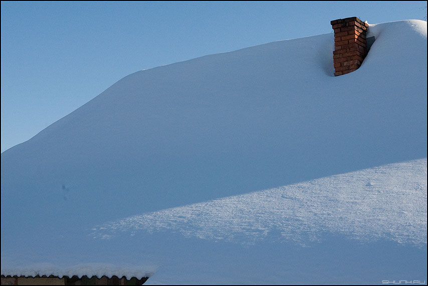 Вот мой дом родной - зима деревня снег крыша труба шифер синева фото фотосайт