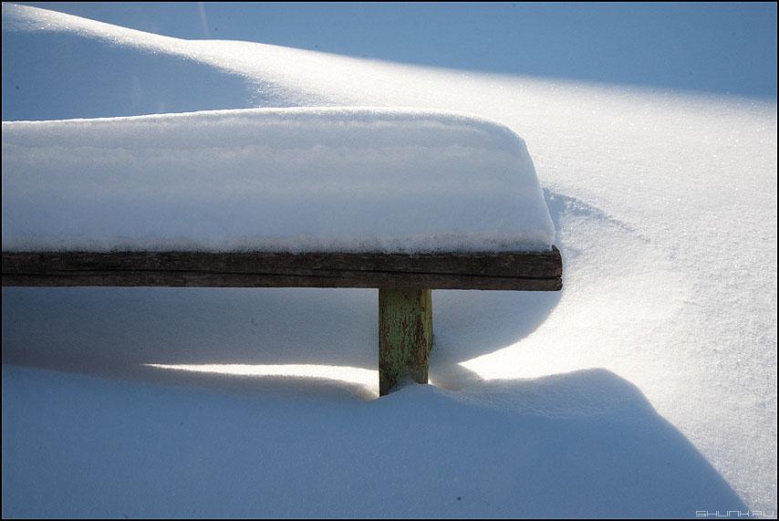 Теневые дела - тени снег лавочка деревня снег сугробы фото фотосайт