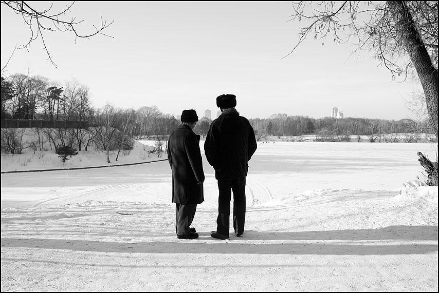 Друзья - друзья старики мужики чёрноеибелое зима снег панорама фото фотосайт