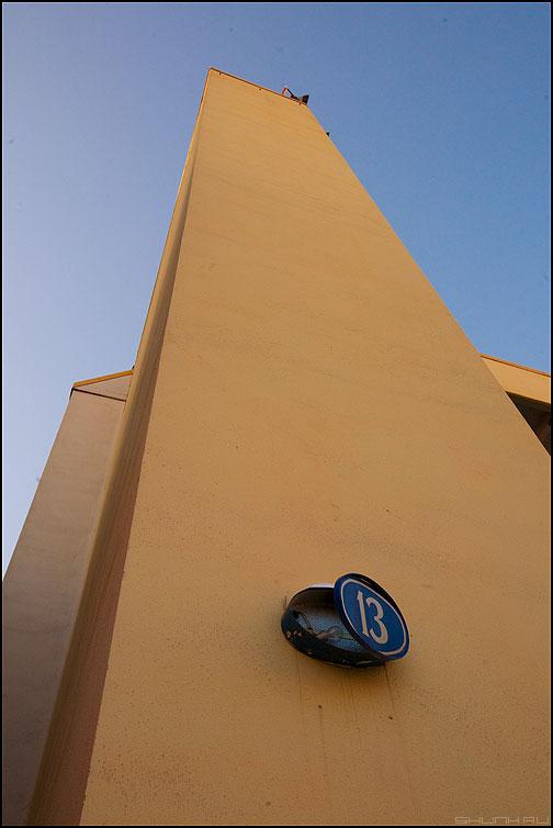 Дом 13 - тринадцать 13 дом стена небо желтое здание номер фото фотосайт