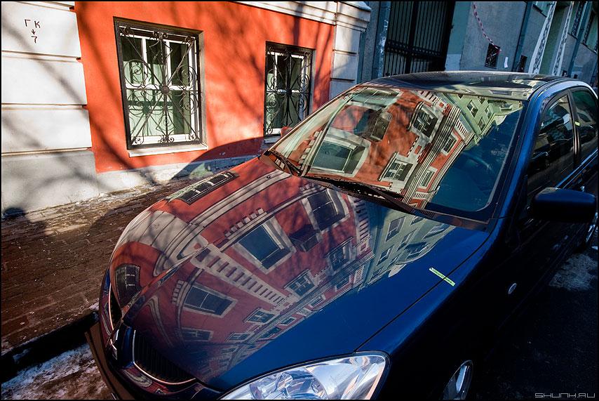 Переотражение - автомобиль отражение машина здание город окна цвета фото фотосайт