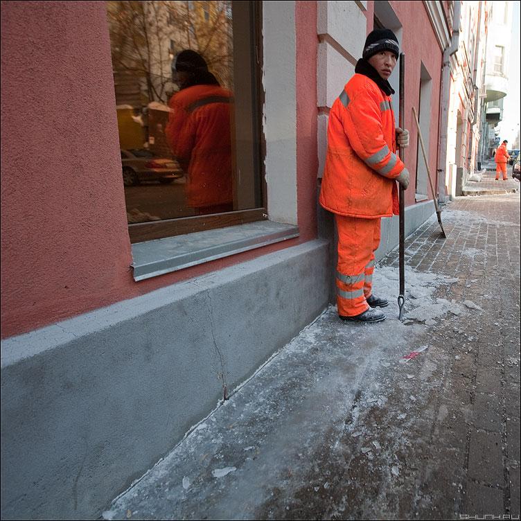 Кольщик льда - гастарбайтеры лед квадратное уличное окно оранжевое двое фото фотосайт