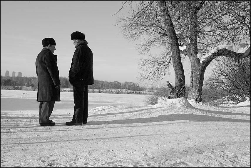 Друзья (вариант) - дедушки мужики черноеибелое зима прогулка фото фотосайт