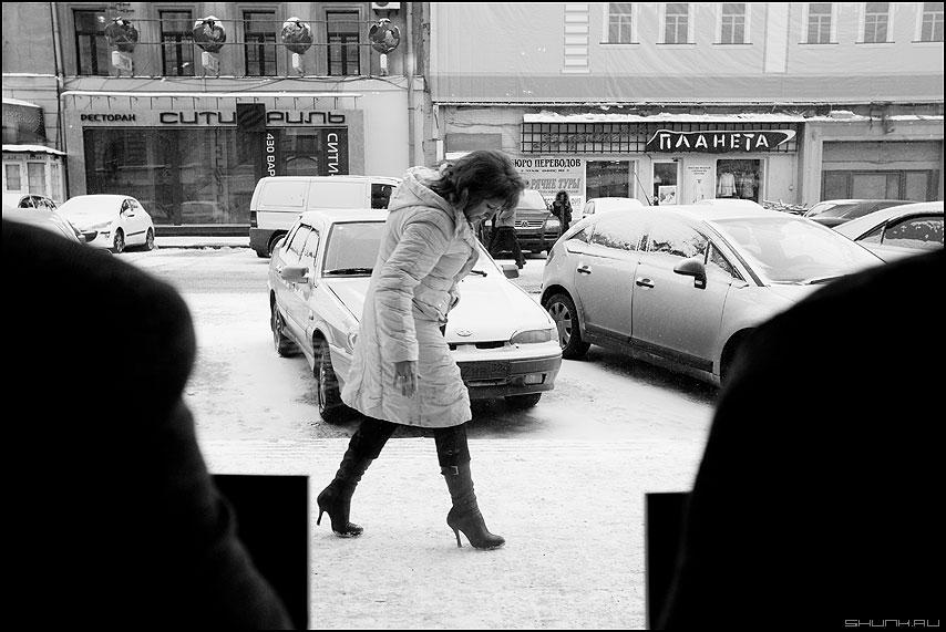 Женщина за окном - женщина улица плечи бизнесланч чёрноеибелое фото фотосайт
