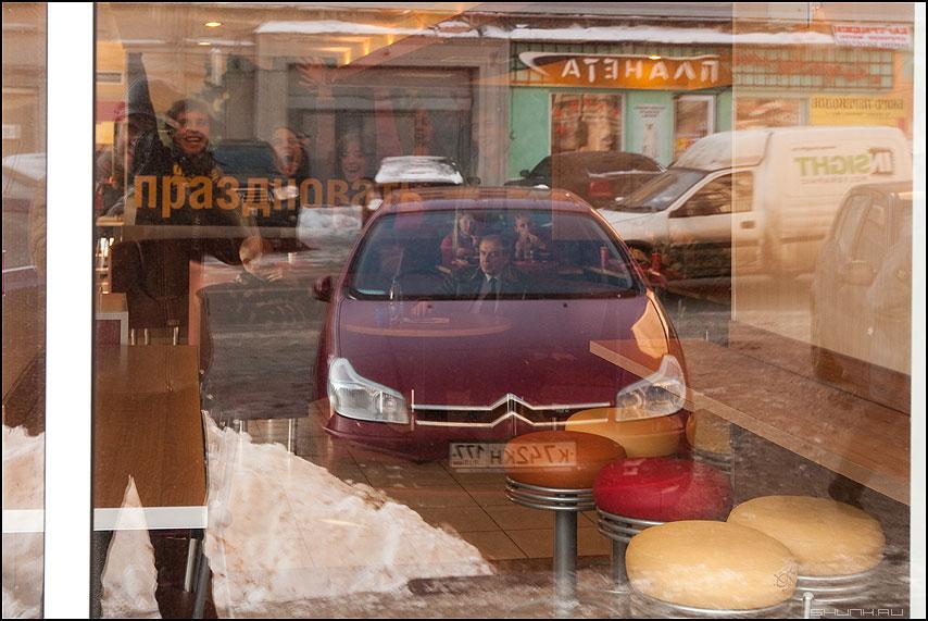 ЗА РУЛЕМ - мужик кафе маяковка ростикс отражение переотражение автомобиль я фото фотосайт