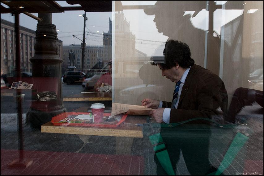 Обед на маяковке - маяковка ростикс ресторан витрина газета уличная фото фотосайт