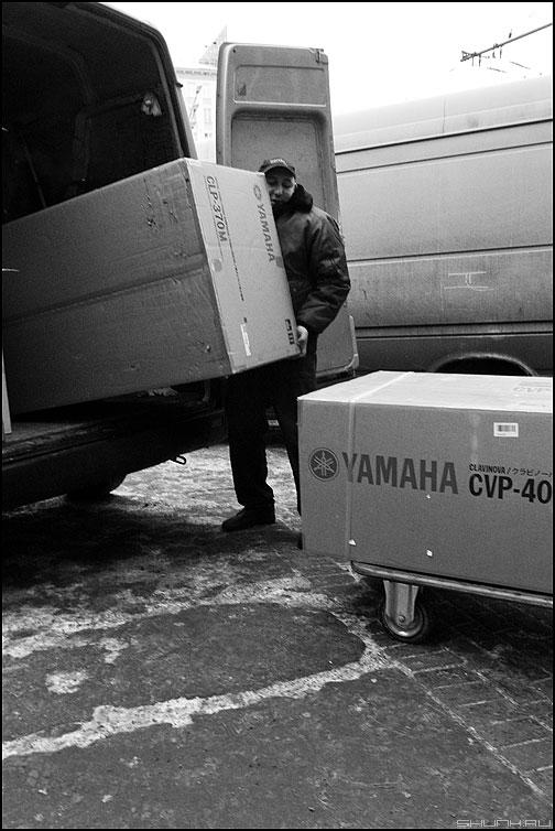 Грузчик - грузчик чёрнобелый коробки уличное фото фотосайт