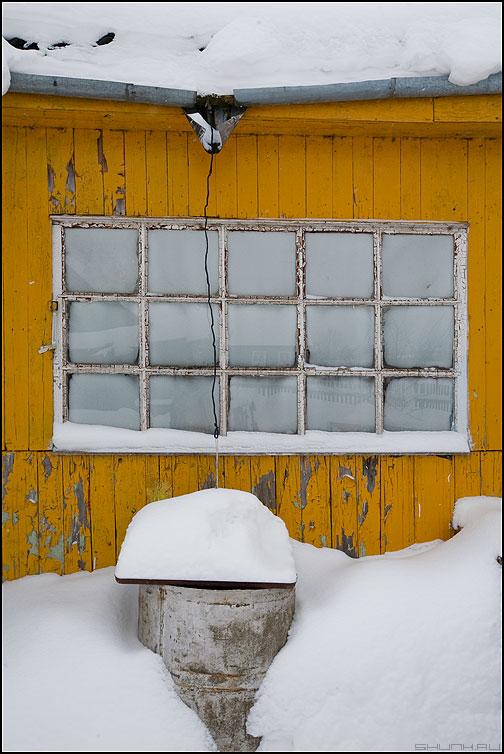 Снегосток - зима деревня окно желтое цвет геометрия зимнее иней водосток фото фотосайт