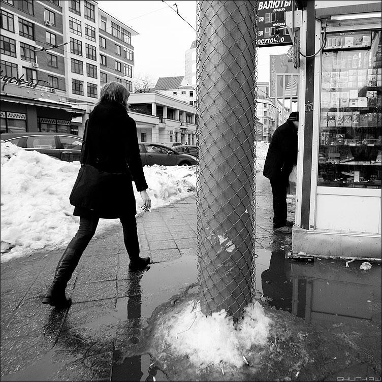 * * * - неназванная люди монохром киоск столб сетка квадратное фото фотосайт