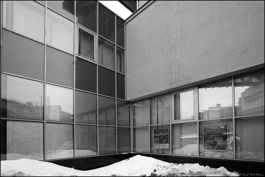 Сходящиеся линии - геометрия архитектура чёрнобелое окна здание снег фото фотосайт